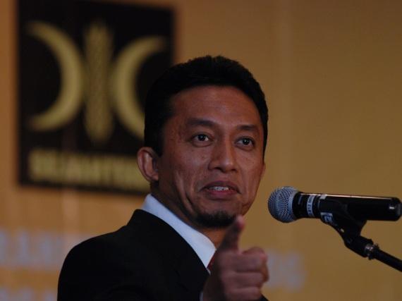 Sumber: http://media.vivanews.com/images/2008/11/19/59136_presiden_pks_tifatul_sembiring_.jpg